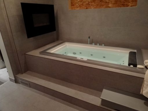 Bath with Chroma therapy lights